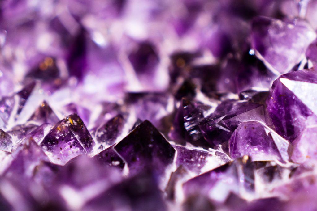 Nahaufnahme einer Amethystdruse, schönes Licht-Schatten-Spiel eindeutig geformte Kristallspitzen im Vordergrund