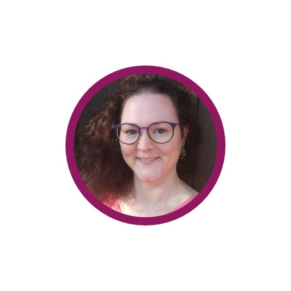 Annika Kayrak, lächelnd in die Kamera blickend in einem violetten Rahmen
